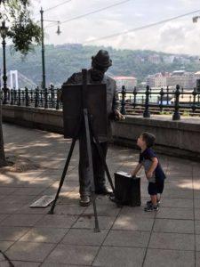 statue in giro per la città di budapest