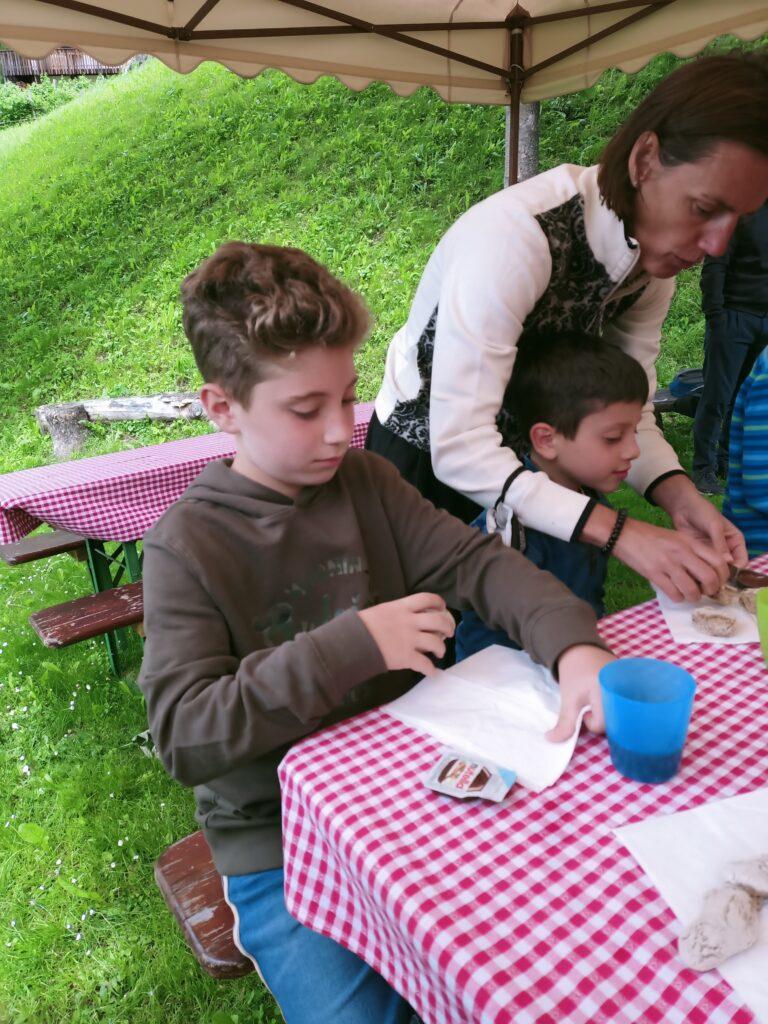 bimbi-che-mangiano-il-pane-fatto-da-loro-al-family-resort-rainer